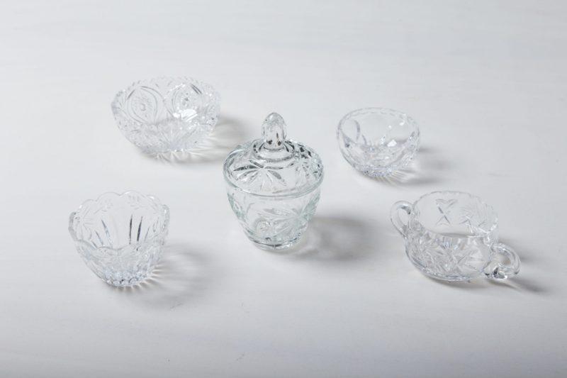 Zuckerdose Beatrisa Kristallglas | Unsere Zuckerdosen aus funkelndem Kristallglas und mit raffinierten Verzierungen sind auf der Kaffeetafel ein wunderschöner Hingucker. Sie eignen sich nicht nur perfekt für losen und Würfelzucker, sondern auch für kleine Süßigkeiten wie Schoko-Mokkabohnen, Pralinen oder Macarons.Zu den Zuckerdosen bieten wir passende Milch- und Sahnekännchen und außerdem Vasen und Schalen aus Kristallglas an. | gotvintage Rental & Event Design