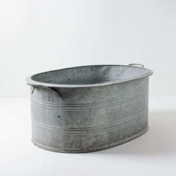 Metal Tub Pedro L | A metal tub that can hold a lot. Whether as a flower tub for event styling, chilled champagne bottles at the wedding or with lots of ice cubes as a bottle cooler for events. You can also simply prepare some warm blankets for the guests.The metal tub can be wonderfully combined with our other zinc tubs Aurelio, Ernesto and Caminera. | gotvintage Rental & Event Design