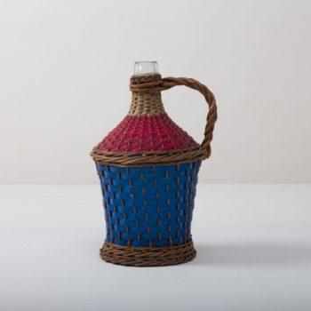 Weinballon Salar | Wie viele Liter Wein mögen in dieser Korbflasche zu rauschenden Festen gebracht worden sein? Das wird wohl ein Rätsel bleiben. Völlig klar dagegen ist, dass die Weinballons heute eine wundervolle Dekoration auf Eurem Fest abgeben. Ob alleine oder zu mehreren gruppiert, die bildschöne, bauchige Form machen sie zu wahren Augenschmeichlern. Sie eignen sich bestens als Vasen für lange Gräser oder exotische, einzelne Blüten.Die Weinballons oder auch Demijohn genannt sind in verschiedenen Größen verfügbar. Die einen sind klein genug, um auf dem Tisch Platz zu finden, die anderen eignen sie eher für Dekorationen auf dem Boden. | gotvintage Rental & Event Design
