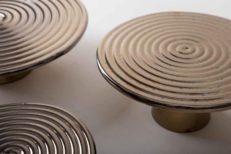 Tortenständer Alba Platin L | Unsere edlen Tortenständer Alba eignen sich hervorragend zum Präsentieren und Servieren von Kuchen, Cupcakes, Sushi und anderen Köstlichkeiten auf dem Tisch oder am modernen Buffet. Sie wurden aus hochwertigem Terrakotta gefertigt und mit glänzendem Lack überzogen, natürlich lebensmittelecht.Dieser Tortenständer gibt es in verschiedenen Größen und ausserdem als gleiches Modell Leonor aus ausgewähltem Walnussholz. Sie lassen sich wunderbar kombinieren und variieren. | gotvintage Rental & Event Design