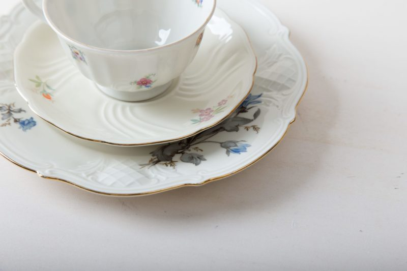 Kuchengedeck Carmen Mismatching Floral | Charmanter kann man Kaffee und Tee nicht servieren. Das romantische Kuchengedeck aus Kuchenteller, Tasse und Untertasse wird zufällig im mismatching Look kombiniert. Blumenmuster in zarten Farben, zierliche Formen und funkelnde Goldränder machen jedes Teil zu einem unverwechselbaren Einzelstück. Jedes Set zaubert so individuellen Vintagecharme auf die Kaffeetafel - wie direkt vom Flohmarkt. Toll dazu wirken Vasen voller Wildblumen, antikes Silberbesteck und weich fallende Tischdecken. Passend zum Kuchengedeck bieten wir eine Auswahl an Vintage Speisetellern, Suppentellern und Servierschüsseln mit Dekor im passenden Stil an. | gotvintage Rental & Event Design