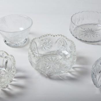Diese bildschönen Schüsseln aus Kristallglas passen zum schwedischen Landhausstil genauso gut wie in ein nobles Vintage Setting. Aber nicht nur deshalb zählen sie zu unseren Lieblingen. Sie sind außerdem sehr vielseitig einsetzbar: Ob als Sahne- oder Dessertschale oder als Mini-Terrarium für Sukkulenten. Wunderbar passen dazu unsere anderen Kristallschalen und -karaffen.