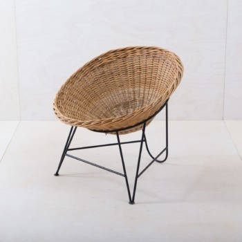 Rattan Chair Tartagal | This design rattan chair from the 1960s is truly a piece of jewelry. The round rattan seat shell is held by an elegant steel frame and invites you to linger. We often rent the rattan chair for a lounge setting or an event in the garden.For even more seating comfort, we offer cushions in various colors, patterns and materials for this shell armchair. | gotvintage Rental & Event Design