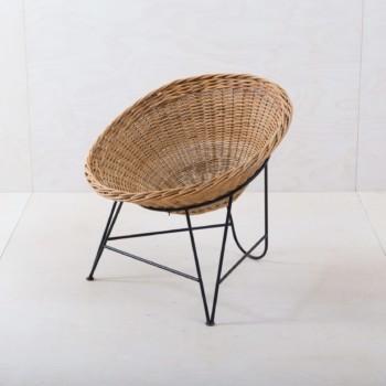 Korbstuhl Tartagal | Dieser Design Korbstuhl aus den 1960ern ist ein Hingucker, ob in der Lounge oder als Gartendekoration. Die runde Sitzschale aus Korbgeflecht wird von einem eleganten Stahlrahmen gehalten, dieser Stuhl lädt zum Entspannen ein.Für noch mehr Sitzkomfort bieten wir für diesen Schalensessel Kissen in verschiedenen Farben, Mustern und Materialien an. | gotvintage Rental & Event Design