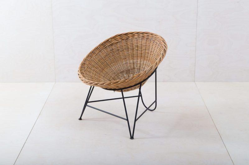 Korbstuhl Tartagal | Dieser Design Korbstuhl aus den 1960ern ist ein Hingucker, ob in der Lounge oder als Gartendekoration. Die runde Sitzschale aus Korbgeflecht wird von einem eleganten Stahlrahmen gehalten, dieser Stuhl lädt zum Entspannen ein. Für noch mehr Sitzkomfort bieten wir für diesen Schalensessel Kissen in verschiedenen Farben, Mustern und Materialien an. | gotvintage Rental & Event Design