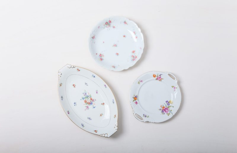 | From cakes to cheese, from macarons to mini burgers, you eat with your mouth and eyes alike, especially at a celebration or wedding - one more reason to put beautiful dishes in the limelight. Our vintage serving plates with different flower decors and in different shapes make delicacies look even more seductive.The plates are perfectly complemented by our Carmen tableware and the Patricia series of glasses. |