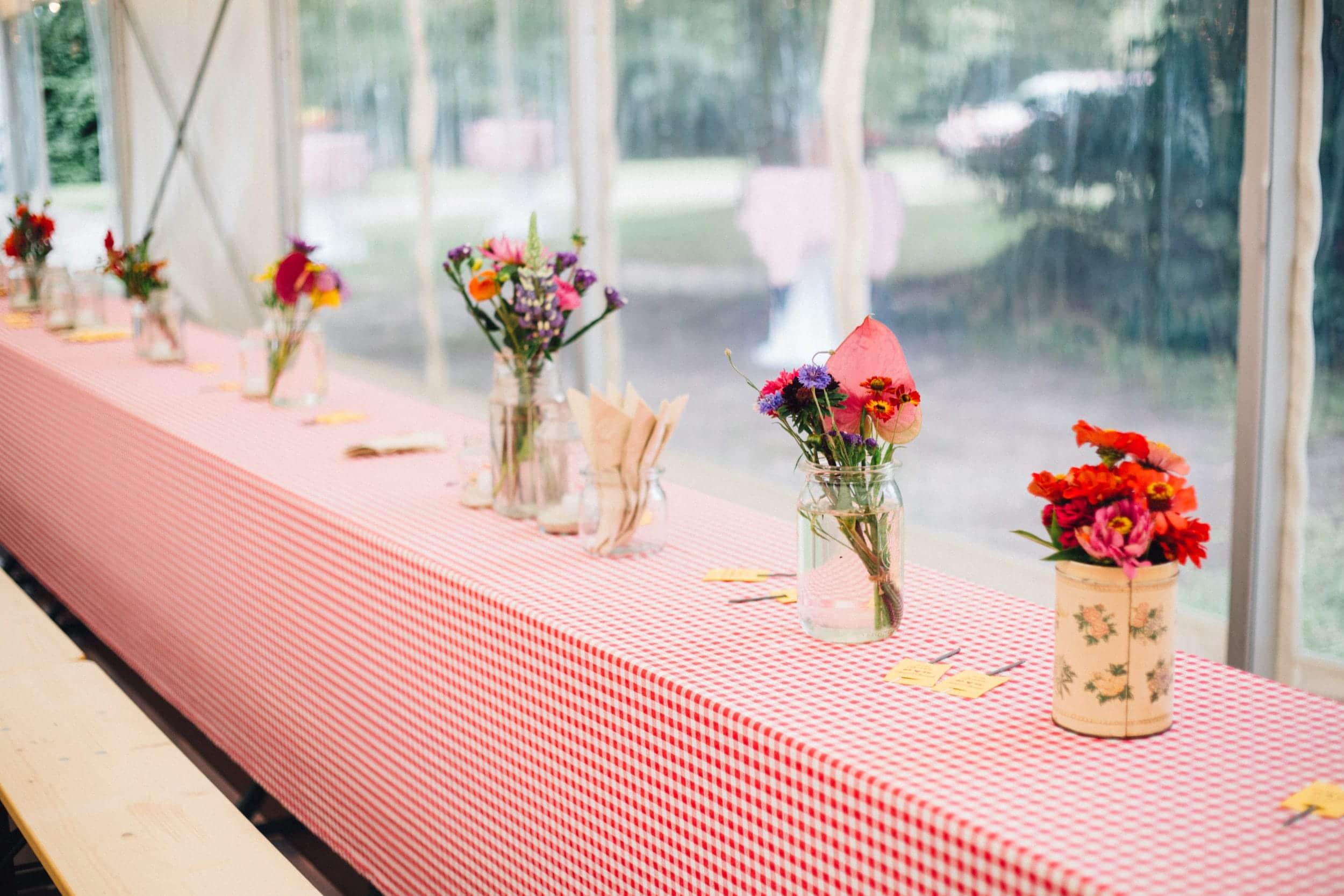 Tischdecke Loma | Mit ihrem rot-weißen Karo mit kleinen Herzchen im Quadrat macht diese hübsche Tischdecke einfach überall eine gute Figur. Legt man mehrere aneinander, lässt sich ein langer Tisch in eine fröhliche Tafel für die feiernde Freunden und Familie verwandeln. Viele einzelne, kleine Tische mit romantischen Karodecken schaffen eine harmonische Bistroatmosphäre. Zum Eindecken dazu perfekt: unser vintage Geschirr, das Silberbesteck Antonia und die Gläser Patricia. Alle Serien sind mismatched und schaffen zusammen eine einmalige Dekoration im wahrsten Sinne des Wortes. Tischdecke pro Meter, nicht B1 zertifiziert. Ohne Reinigungskosten. | gotvintage Rental & Event Design
