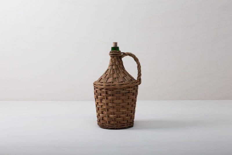 Weinballon Talas | Wie viele Liter Wein mögen in dieser Korbflasche zu rauschenden Festen gebracht worden sein? Das wird wohl ein Rätsel bleiben. Völlig klar dagegen ist, dass die Weinballons heute eine wundervolle Dekoration auf Eurem Fest abgeben. Ob alleine oder zu mehreren gruppiert, die bildschöne, bauchige Form machen sie zu wahren Augenschmeichlern. Sie eignen sich bestens als Vasen für lange Gräser oder exotische, einzelne Blüten. Die Weinballons oder auch Demijohn genannt sind in verschiedenen Größen verfügbar. Die einen sind klein genug, um auf dem Tisch Platz zu finden, die anderen eignen sie eher für Dekorationen auf dem Boden. | gotvintage Rental & Event Design