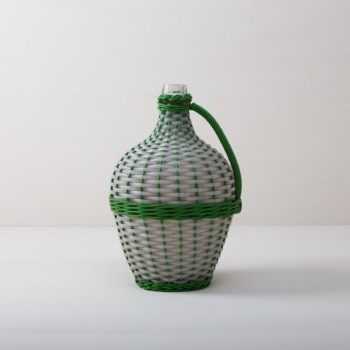 Weinballon Tonono | Wie viele Liter Wein mögen in dieser Korbflasche zu rauschenden Festen gebracht worden sein? Das wird wohl ein Rätsel bleiben. Völlig klar dagegen ist, dass die Weinballons heute eine wundervolle Dekoration auf Eurem Fest abgeben. Ob alleine oder zu mehreren gruppiert, die bildschöne, bauchige Form machen sie zu wahren Augenschmeichlern. Sie eignen sich bestens als Vasen für lange Gräser oder exotische, einzelne Blüten.Die Weinballons oder auch Demijohn genannt sind in verschiedenen Größen verfügbar. Die einen sind klein genug, um auf dem Tisch Platz zu finden, die anderen eignen sie eher für Dekorationen auf dem Boden. | gotvintage Rental & Event Design