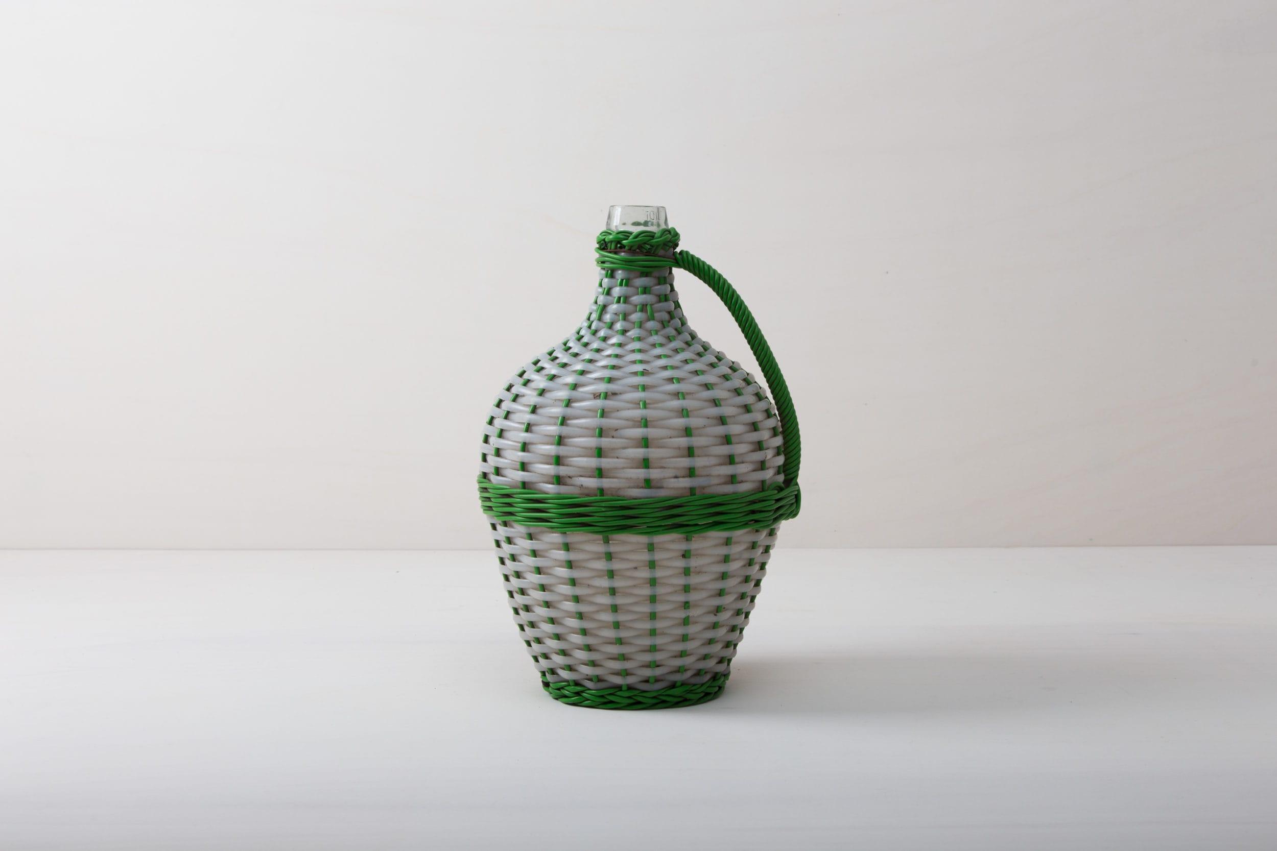 Wie viele Liter Wein mögen in dieser Korbflasche zu rauschenden Festen gebracht worden sein? Das wird wohl ein Rätsel bleiben. Völlig klar dagegen ist, dass die Weinballons heute eine wundervolle Dekoration auf Eurem Fest abgeben. Ob alleine oder zu mehreren gruppiert, die bildschöne, bauchige Form machen sie zu wahren Augenschmeichlern. Sie eignen sich bestens als Vasen für lange Gräser oder exotische, einzelne Blüten. Die Weinballons oder auch Demijohn genannt sind in verschiedenen Größen verfügbar. Die einen sind klein genug, um auf dem Tisch Platz zu finden, die anderen eignen sie eher für Dekorationen auf dem Boden.
