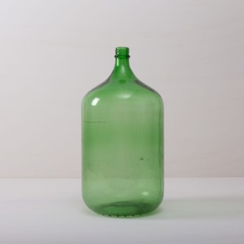 Demijohn Recreo Green | This voluminous demijohn made of green glass is a real eye-catcher for any event. Formerly used for winemaking, it is now an exceptional decorative object. It makes for a beautiful centerpiece alone on the table or arranged in combination with our other wine balloons. Both long grass stems and single flowers look especially great. | gotvintage Rental & Event Design