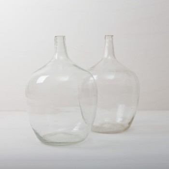 Demijohn Arenal Clear XL | How many liters of wine may have been made in these demijohn for roaring celebrations? That will probably forever remain a mystery. It is quite clear, however, that these demijohn are a wonderful decoration for your celebration today. Whether alone or as a group, the beautiful, bulbous shapes and different shades of green make them a real feast for the eyes. They are ideal as vases for long grasses or exotic single flowers.
