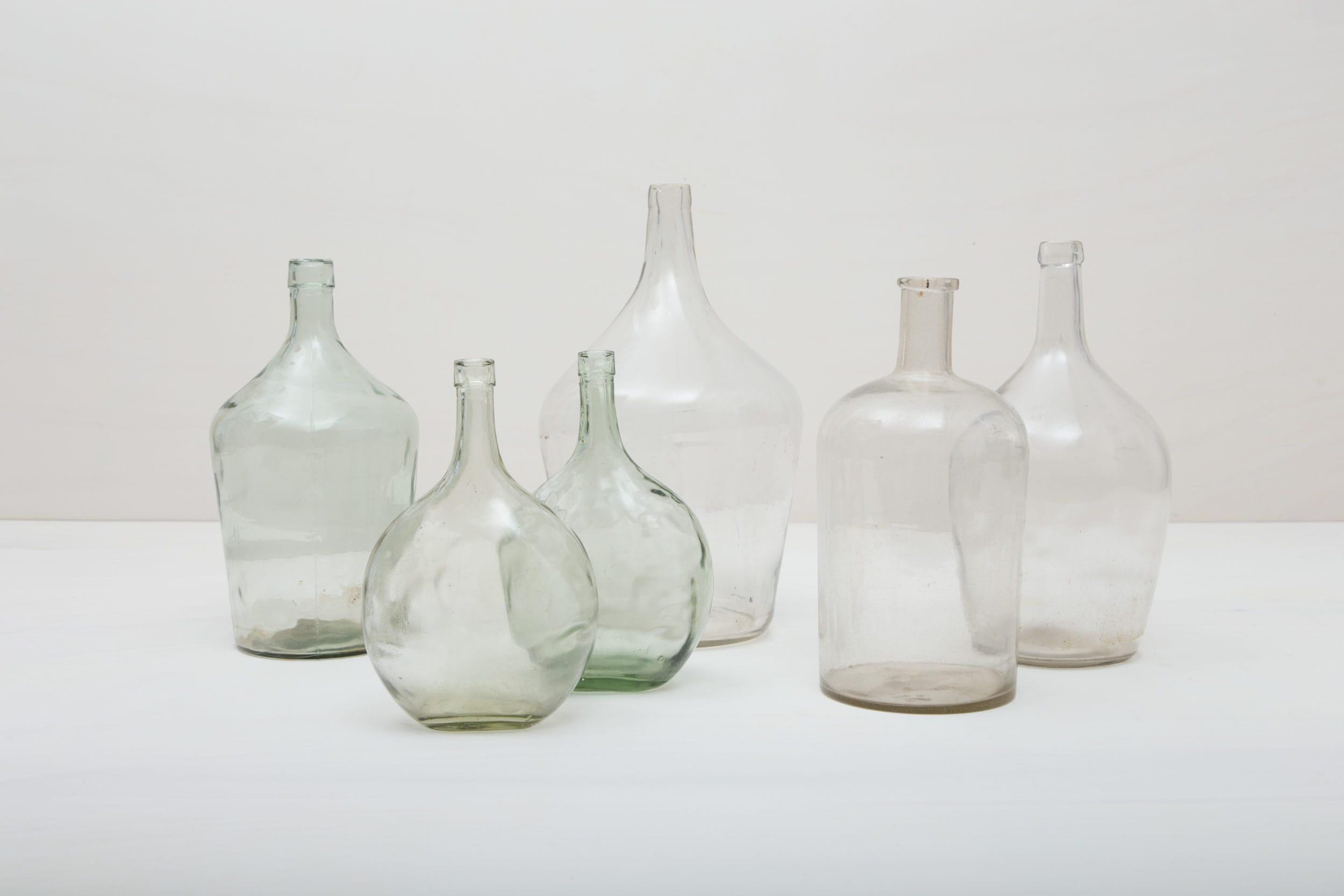 Wie viele Liter Wein mögen in diesen Weinballons für ausschweifende Feste gekeltert worden sein? Das wird wohl ein Rätsel bleiben. Völlig klar dagegen ist, dass die Weinballons heute eine wundervolle Dekoration auf Ihrem Fest abgeben. Ob zu mehreren gruppiert oder alleine, die bildschönen, bauchigen Formen in Klarglas machen sie zu wahren Augenschmeichlern. Sie eignen sich bestens als Vasen für lange Gräser oder exotische, einzelne Blüten. Die Weinballons sind in verschiedenen Größen verfügbar. Die einen sind klein genug, um auf dem Tisch Platz zu finden, die anderen eignen sie eher für Dekorationen auf dem Boden.