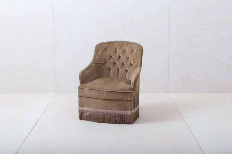 Sessel Pringles | Dieser elegante Sessel aus den 1960ern mit braunem Samtbezug lädt ein zum Verweilen und für entspannte Gespräche!Dazu passend gibt es unseren Sessel Pringles und die pinke Couch Candida, damit lässt sich die stilvolle Sitzecke vervollständigen. | gotvintage Rental & Event Design