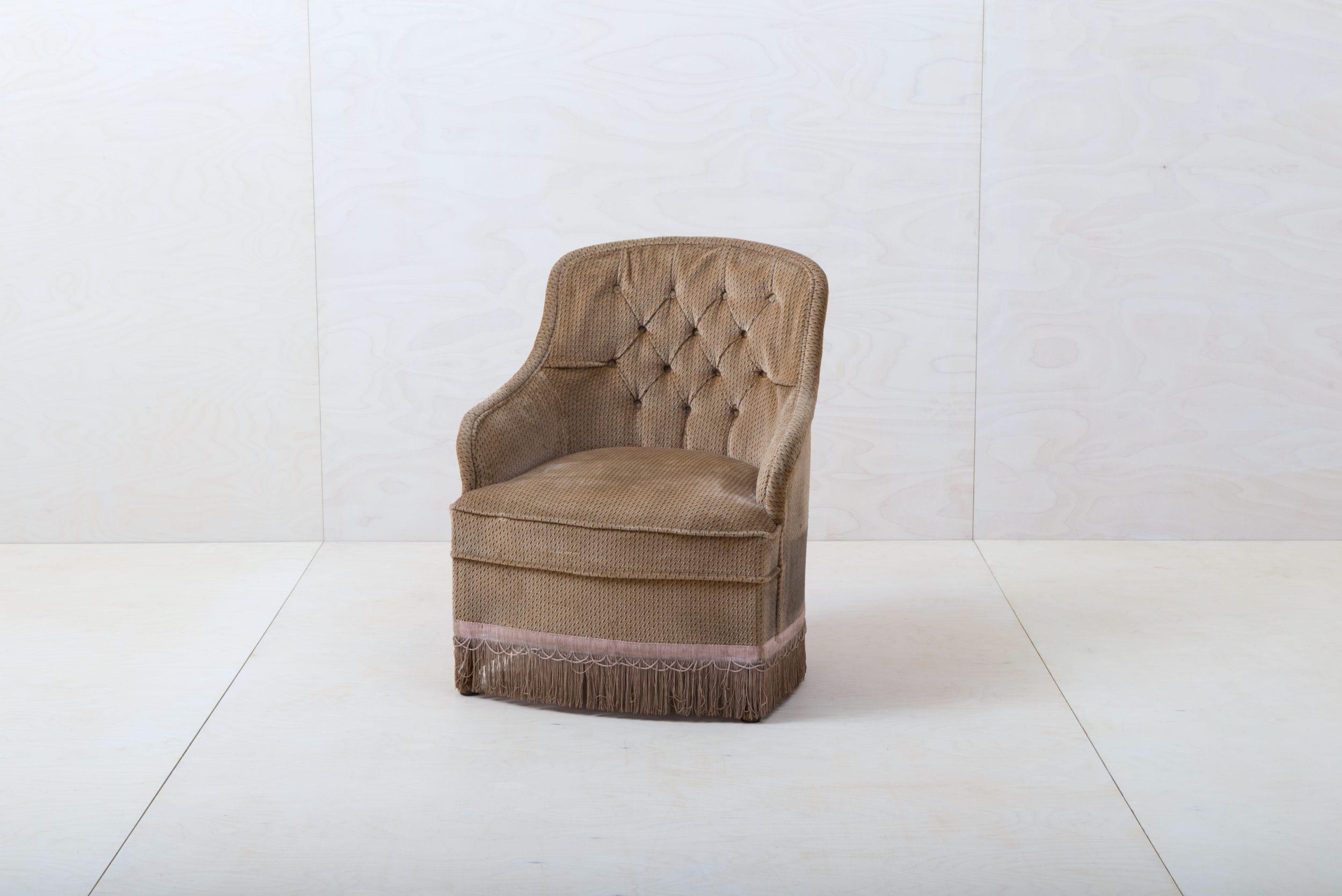 Sessel Pringles | Dieser elegante Sessel aus den 1960ern mit braunem Samtbezug lädt ein zum Verweilen und für entspannte Gespräche! Dazu passend gibt es unseren Sessel Pringles und die pinke Couch Candida, damit lässt sich die stilvolle Sitzecke vervollständigen. | gotvintage Rental & Event Design