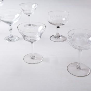 Champagnerschale Patricia Mismatching | Cheers! Diese vintage mismatching Champagnergläser zum feierlichen Anstossen gibt es in verschiedenen wunderschönen Formen und Größen. Aus der gleichen Serie Patricia bieten wir entsprechende mismatching Wein- und Wassergläser, Sekt-, Whisky- und farbige Schnapsgläser an. Bei den Maßangaben handelt es sich um cirka Werte, da jede Champagnerschale verschieden ist. | gotvintage Rental & Event Design