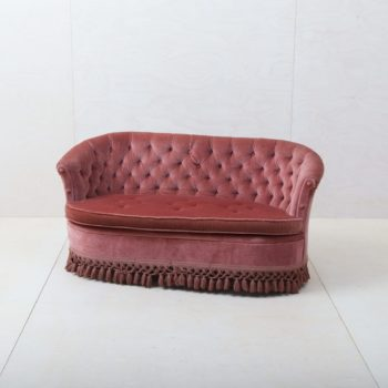 Couch Candida | This elegant couch from the 1960s with pink velvet cover invites you to linger and for relaxed conversations! Our Pringles vintage couch is also available to complement the stylish seating area. | gotvintage Rental & Event Design