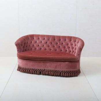 Couch Candida | Diese elegante Couch aus den 1960ern mit pinkem Samtbezug lädt ein zum Verweilen und für entspannte Gespräche! Dazu passend gibt es unsere vintage Couch Pringles, damit lässt sich die stilvolle Sitzecke vervollständigen. | gotvintage Rental & Event Design