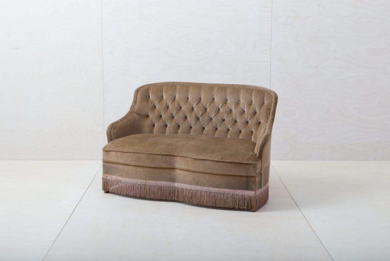 Couch Pringles   Diese elegante Couch aus den 1960ern mit braunem Samtbezug lädt ein zum Verweilen und für entspannte Gespräche!Dazu passend gibt es unseren Sessel Pringles und die pinke Couch Candida, damit lässt sich die stilvolle Sitzecke vervollständigen.   gotvintage Rental & Event Design