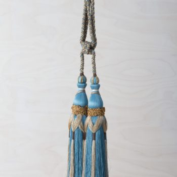 Tassel Rodeo Blue | This beautiful, opulent tassel is a great eye-catcher with many possibilities: for draping curtains or wall hangings, as a decorative element on the back of chairs, doors, windows, flower vases and much more. The blue-golden tassel brings a touch of elegant luxury to any event. | gotvintage Rental & Event Design