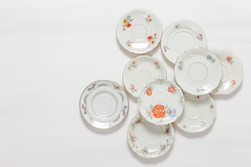 Untertasse Carmen Mismatching Floral | Charmanter kann man Kaffee und Tee nicht servieren. Die Untertassen werden zufällig im mismatching Look kombiniert. Blumenmuster in zarten Farben, zierliche Formen und funkelnde Goldränder machen jedes Teil zu einem unverwechselbaren Einzelstück. Jede Untertasse zaubert so individuellen Vintagecharme auf die Kaffeetafel - wie direkt vom Flohmarkt. Toll dazu wirken Vasen voller Wildblumen, antikes Silberbesteck und weich fallende Tischdecken. Passend zu der Untertasse bieten wir auch Tassen und eine Auswahl an Vintage Kuchentellern mit Dekoren im passenden Stil an. | gotvintage Rental & Event Design