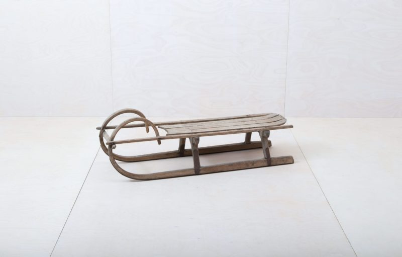 Wooden Sleigh Grandes | Who doesn't have wonderful childhood memories of snowy winter days on a wooden sledge? This sledge brings alpine nostalgia to every event, whether used as a decorative object, a bench or for a wintery photo background. We also have the sledge, Chilcas, available and many others to go with it - they are even more beautiful together. | gotvintage Rental & Event Design