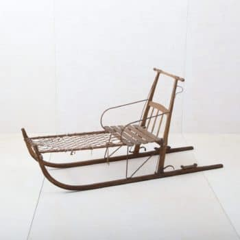 Wooden Sleigh Pampa | Who doesn't have wonderful childhood memories of snowy winter days on a wooden sledge? This beautiful sleigh with a backrest brings alpine nostalgia to every event, as a decorative object as well as a bench or for a wintery photo background. We also offer the sledge, Chilcas, and many others to go with it - they are even more stunning as a group. | gotvintage Rental & Event Design