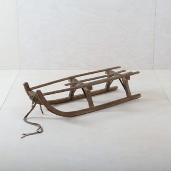 Who doesn't have wonderful childhood memories of snow-covered winter days on a wooden sledge? The sledge brings alpine nostalgia to every event and works as a decorative object as well as a bench or for a wintery photo background. We also offer our sledge, Tolar, to go with it - the two are even more beautiful as a pair.