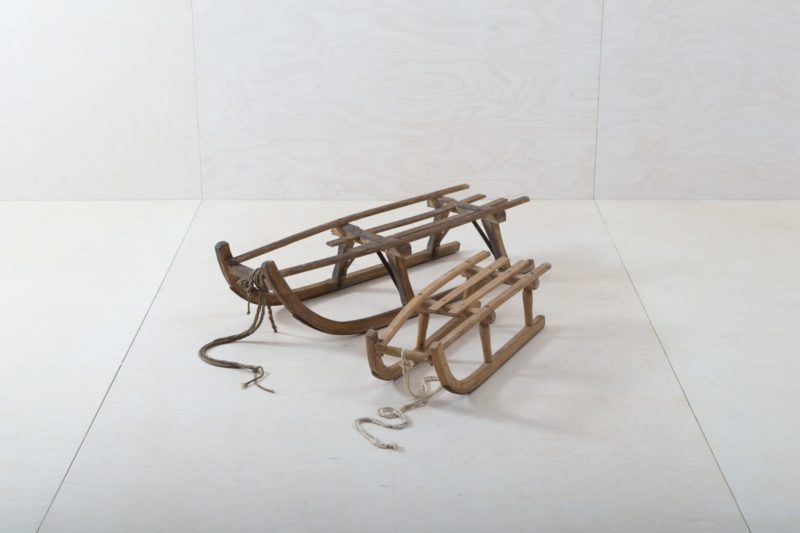 Wooden Sleigh Suri | Who doesn't have wonderful childhood memories of snow-covered winter days on a wooden sledge? The sledge brings alpine nostalgia to every event and works as a decorative object as well as a bench or for a wintery photo background. We also offer our sledge, Tolar, to go with it - the two are even more beautiful as a pair. | gotvintage Rental & Event Design