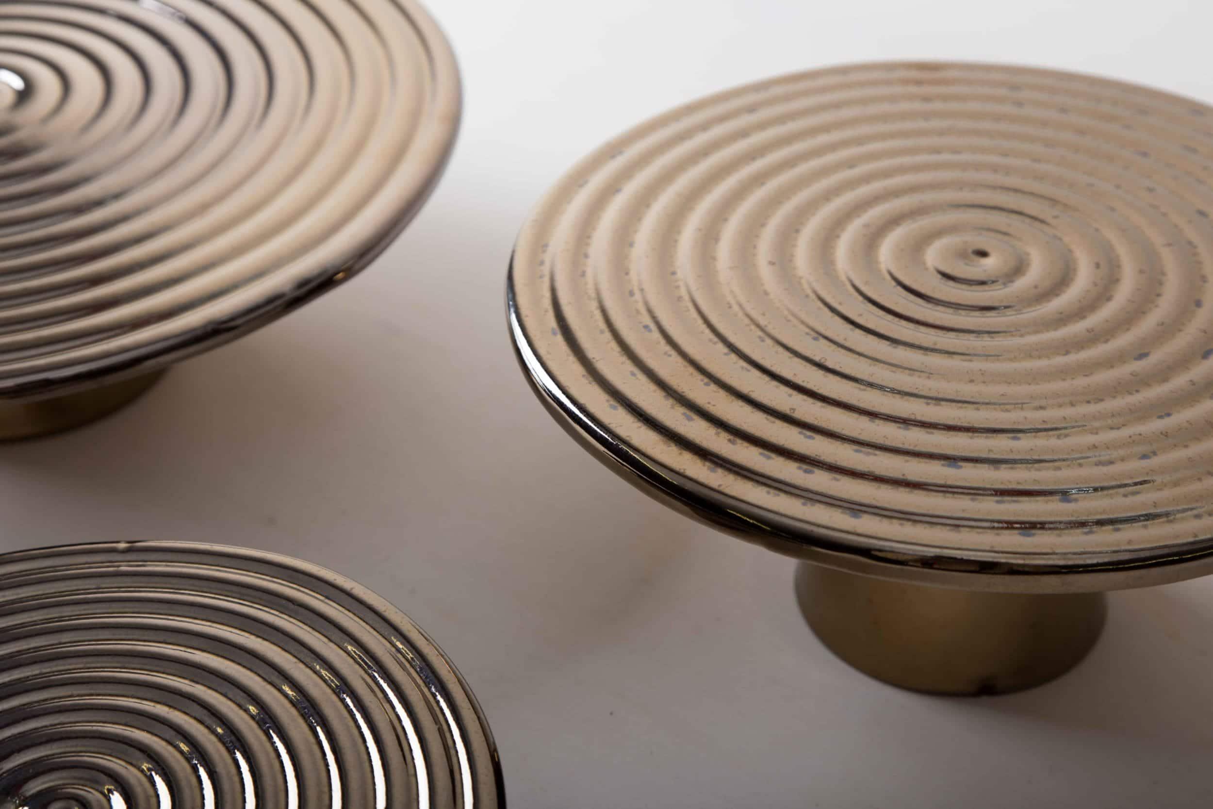Tortenständer Alba Platin L | Unsere edlen Tortenständer Alba eignen sich hervorragend zum Präsentieren und Servieren von Kuchen, Cupcakes, Sushi und anderen Köstlichkeiten auf dem Tisch oder am modernen Buffet. Sie wurden aus hochwertigem Terrakotta gefertigt und mit glänzendem Lack überzogen, natürlich lebensmittelecht. Diese Tortenständer oder auch Servierplatten genannt gibt es in verschiedenen Größen und ausserdem als gleiches Modell Leonor aus ausgewähltem Walnussholz. Sie lassen sich wunderbar kombinieren und variieren. | gotvintage Rental & Event Design