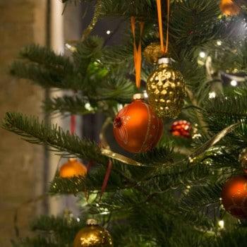 Weihnachtsbaum, winterliche Dekoration, Weihnachtsfeier, Christbaumkugeln mieten Berlin, Hamburg