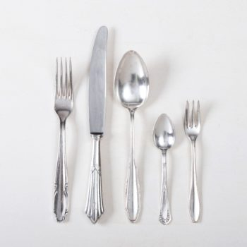 Cutlery Set Antonia Silver-Plated 5-piece Set Mismatching | Set silverware for one person, each containing one vintage main knife, main fork, main spoon, cake fork and tea spoon , silver-plated cutlery with nice patina. | gotvintage Rental & Event Design