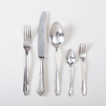 Cutlery Set Antonia Silver-Plated 5-piece Set Mismatching | The elegant vintage silver cutlery set Antonia for one person consists of a dinner knife, dinner fork, soup spoon, cake fork and teaspoon. This 5-piece elegant cutlery set is a real eye-catcher.Feel free to click through our Antonia collection. From sugar spoons to fish knives, we rent a lovingly selected mismatching silver cutlery range. | gotvintage Rental & Event Design
