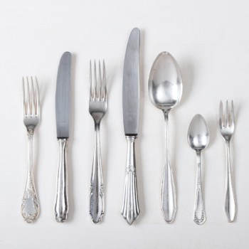 Cutlery Set Antonia Silver-Plated 7-piece Set Mismatching | The elegant vintage silver cutlery set Antonia for one person consists of a dinner knife, dinner fork, soup spoon, appetizer fork, appetizer knife, cake fork and teaspoon. This 7-piece, elegant cutlery set is a real eye-catcher.Feel free to click through our Antonia collection. From sugar spoons to fish knives, we rent a lovingly selected mismatching silver cutlery range. | gotvintage Rental & Event Design