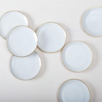 Elegante weiße mismatching Kuchenteller mit schmalem Goldrand, kombiniert aus verschiedenen Serien aus den 1930er bis 1960er Jahren, sind sie fast nahezu identisch in Form und Farbe zusammengestellt. Der Kuchenteller eignet sich auch als Vorspeise oder Dessertteller. Wunderbar für die Hochzeitstorte oder den Mitternachtssnack bei jeder Party. Mit unserem Platzteller Sofia ergeben sie eine edle Vintage Modern Kombination auf jedem dekoriertem Tisch.