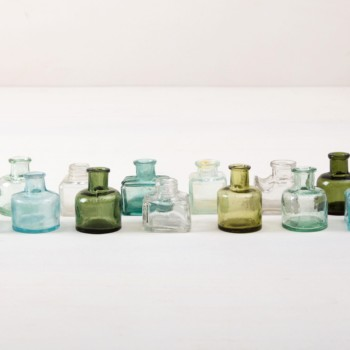 Glasflaschen Tala sind seltene vintage Glasfläschchen in verschiedenen Farben und Formen