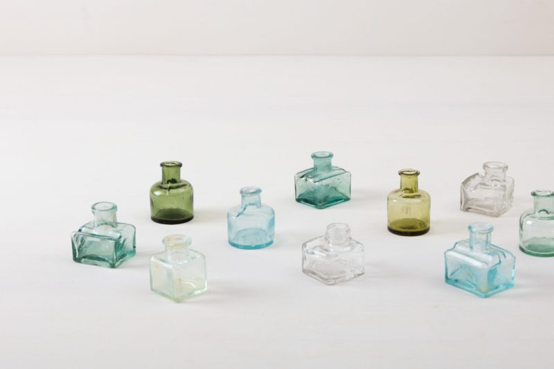   Glass bottles Tala are rare little vintage glass bottles in different colors and shapes. The glass bottles are particularly suitable for small flower decorations and as a beautiful table decoration. We rent numerous different vases, glasses and bottles that can be beautifully combined with each other.  