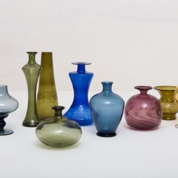 Glasvase Retiro mismatching | Diese missmatching Vasen aus mundgeblasenem Glas leuchten in den unterschiedlichsten Farben und Formen. Ob einzeln oder als Ensemble, sie setzen kleine Blumengestecken perfekt in Szene. | gotvintage Rental & Event Design