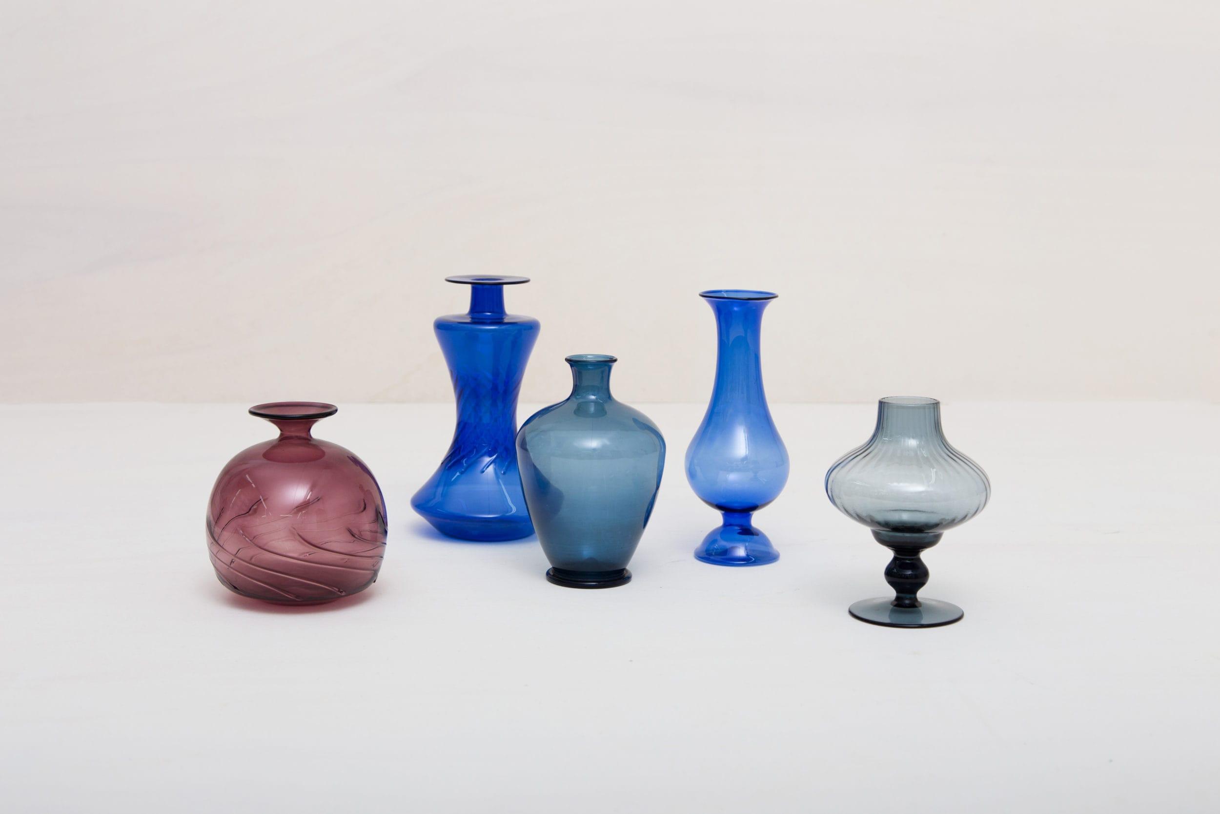 Diese missmatching Vasen aus mundgeblasenem Glas leuchten in den unterschiedlichsten Farben und Formen. Ob einzeln oder als Ensemble, sie setzen kleine Blumengestecken perfekt in Szene.