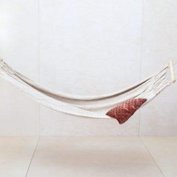 Hängematte Seclanta | Was gibt es schöneres als an einem warmen Sommertag sanft in einer Hängematte zwischen zwei Bäumen zu schaukeln? Vielleicht noch, sie im Winter drinnen aufzuspannen. Egal ob drinnen oder draußen, sie verbreiten überall eine wundervolle, gechillte Atmosphäre. Mit unseren wunderschönen Patchwork-Decken und farbenfrohen Kissen wird die Relaxzone perfekt. Übrigens: Eine Hängematte sieht auch auf fröhlichen Gruppenfotos toll aus. Chillen mit vielen Gästen? Passend bieten wir auch weitere Hängematten im gleichen Stil an. | gotvintage Rental & Event Design