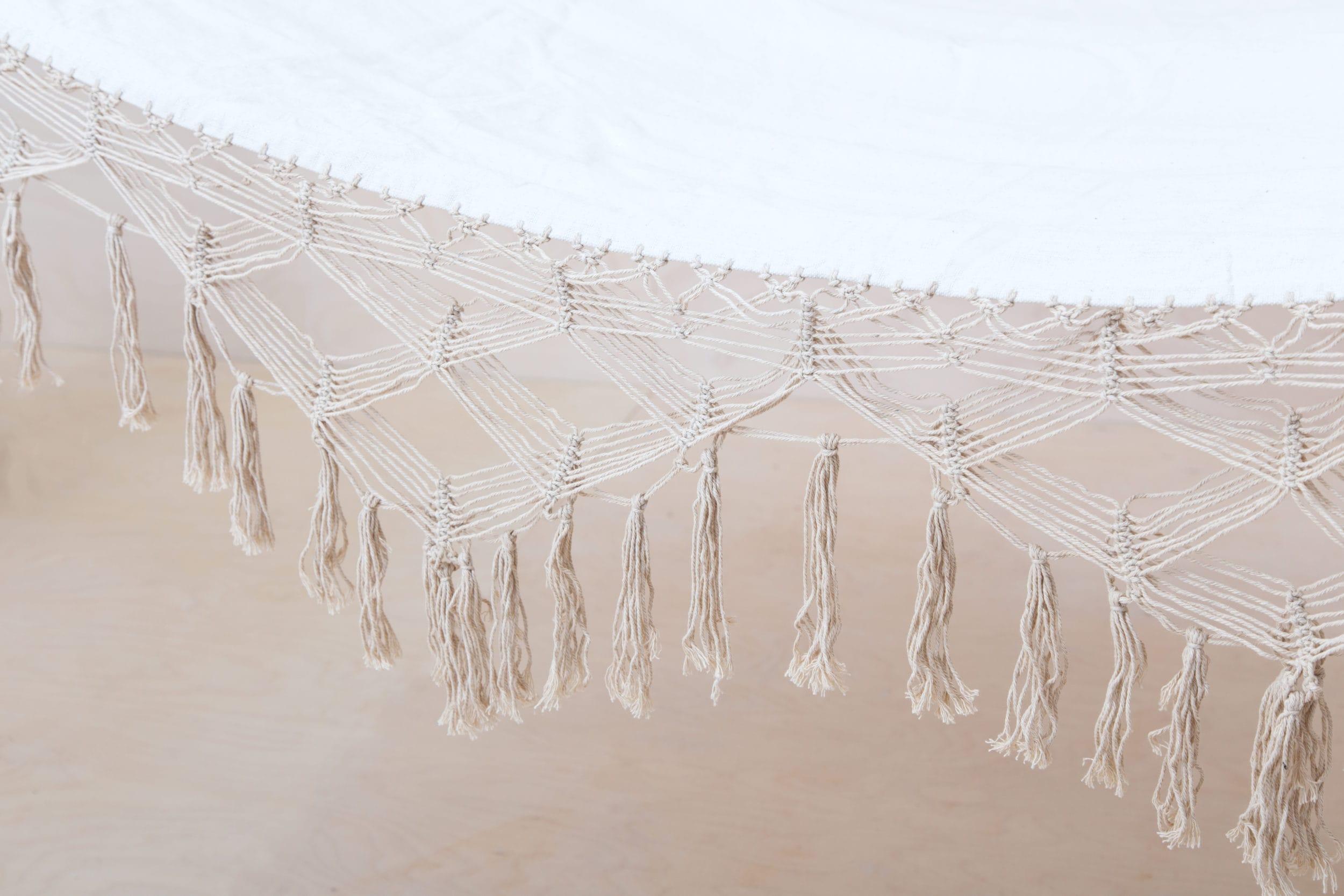 Hängematte Vinal | Was gibt es schöneres als an einem warmen Sommertag sanft in einer Hängematte zwischen zwei Bäumen zu schaukeln? Vielleicht noch, sie im Winter drinnen aufzuspannen. Egal ob drinnen oder draußen, sie verbreiten überall eine wundervolle, gechillte Atmosphäre und die Fransen geben dieser Hängematte einen besonderen Boho Look. Mit unseren wunderschönen Patchwork-Decken und farbenfrohen Kissen wird die Relaxzone perfekt. Übrigens: Eine Hängematte sieht auch auf fröhlichen Gruppenfotos toll aus. Chillen mit vielen Gästen? Passend bieten wir auch weitere Hängematten im gleichen Stil an. | gotvintage Rental & Event Design