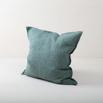 Kissen Cosme Leinen Grün 50x50 | Schönes grünes Kissen aus steingewaschenem Leinen. Der Leinenstoff ist vorgewaschen und hat dadurch diesen modernen Look von stonewashed Leinen und ist auch sehr weich. Die Kissen in verschiedenen Farben aus unserem Verleihkatalog können hervorragend miteinander kombiniert werden. Mit den Leinenkissen Cosme lassen sich im Handumdrehen Events, Sofas oder Lounges verschönern. Der Reißverschluss bei diesen Leinenkissen ist verdeckt eingenäht, das macht jede Seite der Kissen aus Leinen gleich dekorativ. Wir lieben den natürlichen und zugleich rustikalen Look von stonewashed Leinen und die Kombination mit anderen Farben und Formen sehr. | gotvintage Rental & Event Design