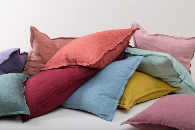   The pillows of the Cosme series are all made of stone-washed linen and have the characteristic and modern stonewashed look. The fabric is soft and pleasant on the skin and colored in natural shades.Rent our Cosme linen cushions and give your event, sofa or lounge the finishing touch.  