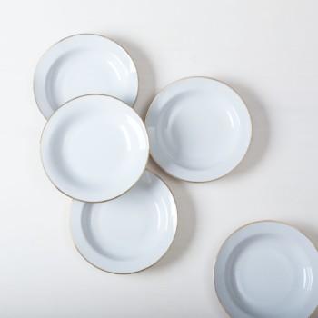 Elegante weiße mismatching Suppenteller mit schmalem Goldrand, kombiniert aus verschiedenen Serien aus den 1930er bis 1960er Jahren, sind sie fast nahezu identisch in Form und Farbe zusammengestellt. Mit unserem Platzteller Sofia ergeben sie eine edle Vintage Modern Kombination auf dem Tisch.