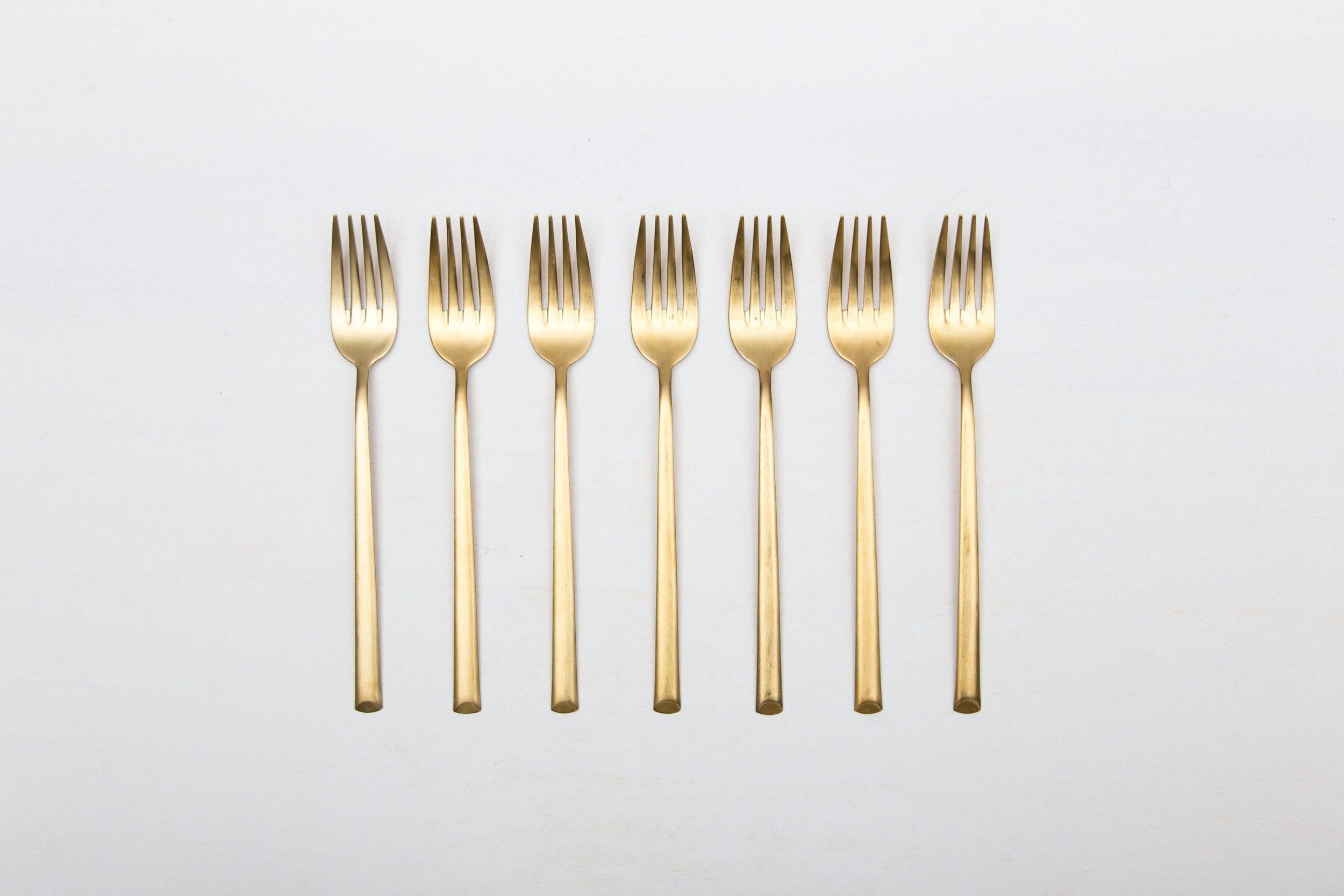 Verleih von matt goldenem Menübesteck. Vorspeisegabel in gold.