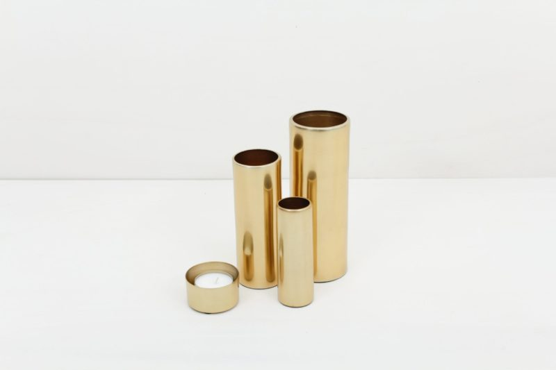 Farbe Radio Button | Brass matt golden tealight holder. Without candle, please order separately. Ideal to combine with our vases from the same series in several colours and sizes, for a nice modern touch. |