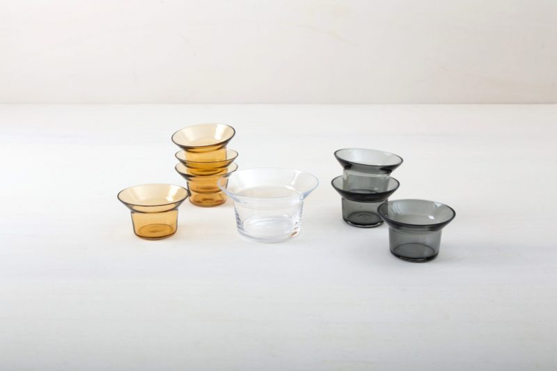 | We rent out numerous simple tealight holders made of beautiful grey glass. You would have to order the corresponding tealights separately from us. Alternatively you can use the tealight holders for small flowers. The holders have a diameter of 39 mm. |