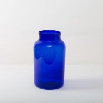 Vase Banda Blau | Diese wunderschönen großen Glasvase in einem kräftigen Blau verleihen jedem Raum und jedem Garten eine besondere Atmosphäre. Ob als Vase oder als Windlicht mit LED oder Wachskerzen. Passenden zur blauen Glasvase gibt es Banda auch in einem mahischem Grün. | gotvintage Rental & Event Design