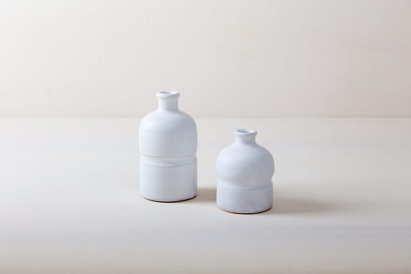 Farbe Radio Button | Matt white glazed ceramic vase from southern Italy. Modern sleek form. Available in large quantities, therefore well suitable for table decorations with larger amounts of guests. |
