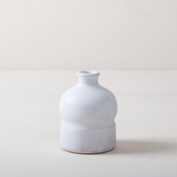 Vase Milagros S | Vase Milagros was made of white glazed ceramic in southern Italy. The modern, simple shape of this vase makes it timeless. Do you have a lot of guests and long tables at your event? You can rent a large number of the Milagros vase and decorate many tables identically. We also rent the vase in size M. | gotvintage Rental & Event Design